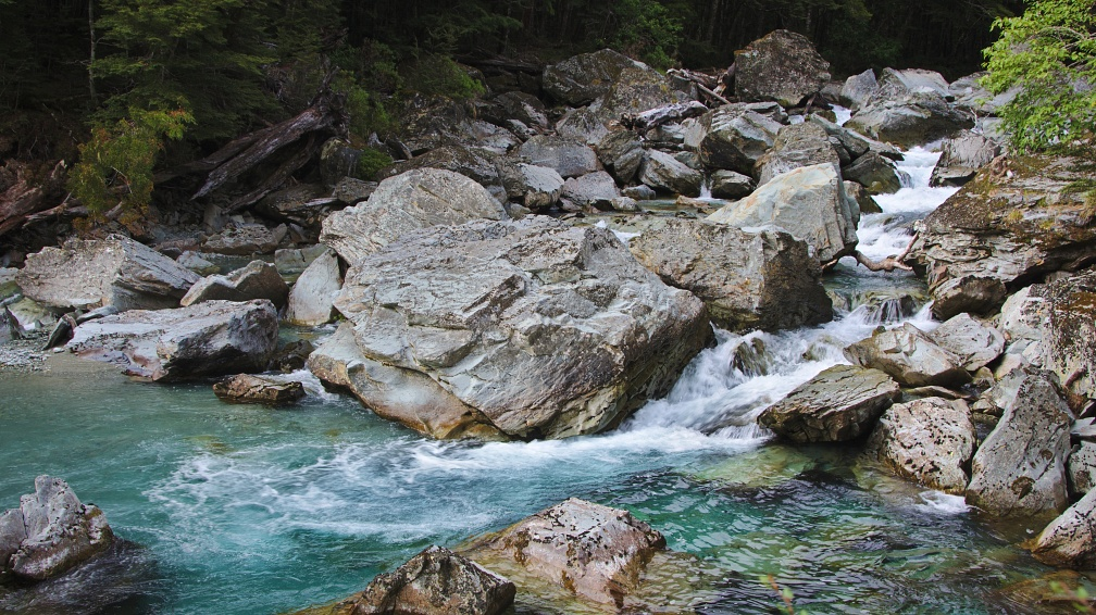 Boulders and blue waters of Route Burn